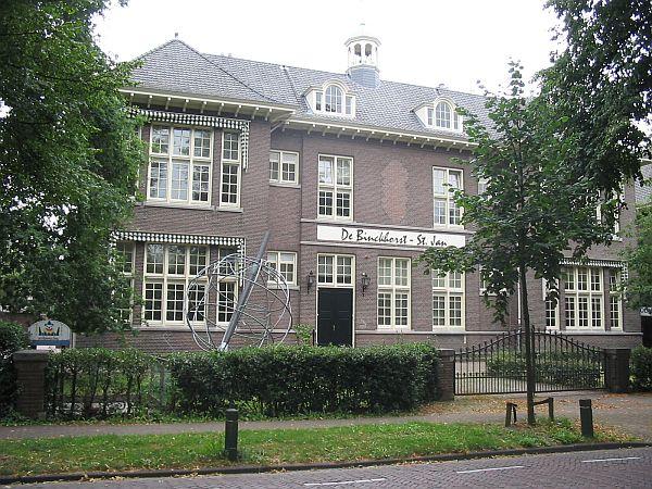 Het Ernaast Gebouwde Broederhuis Broeders Van Sint Louis